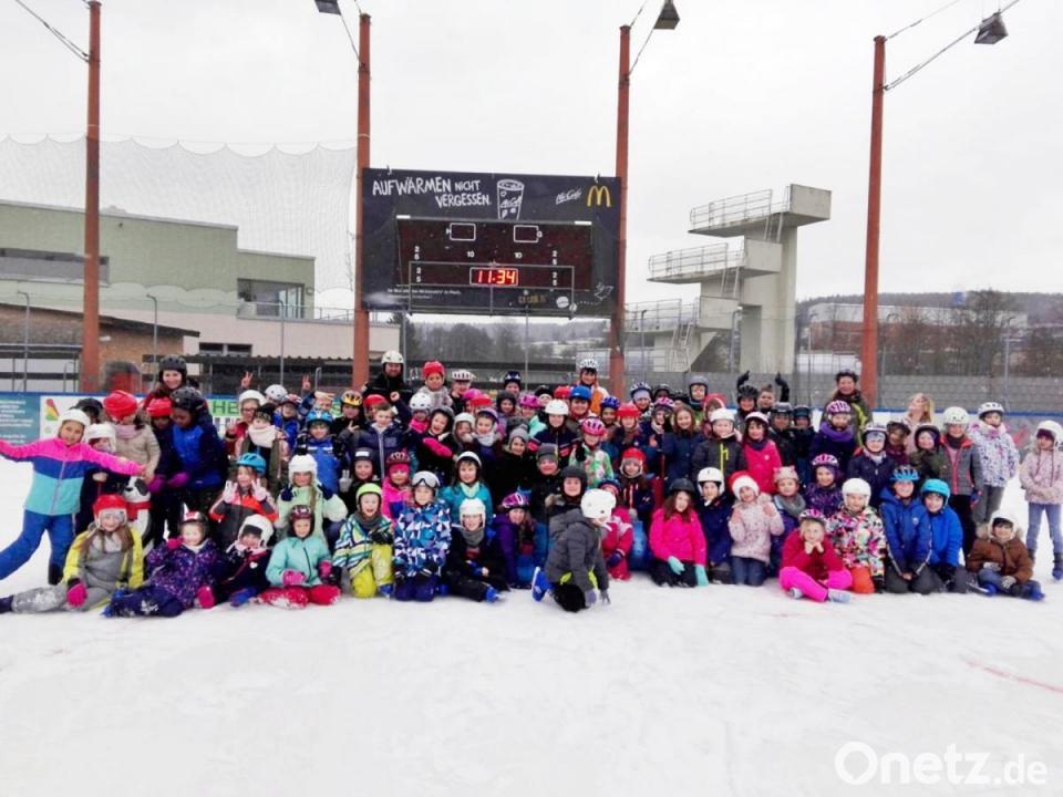 Slalomfahren im Eisstadion