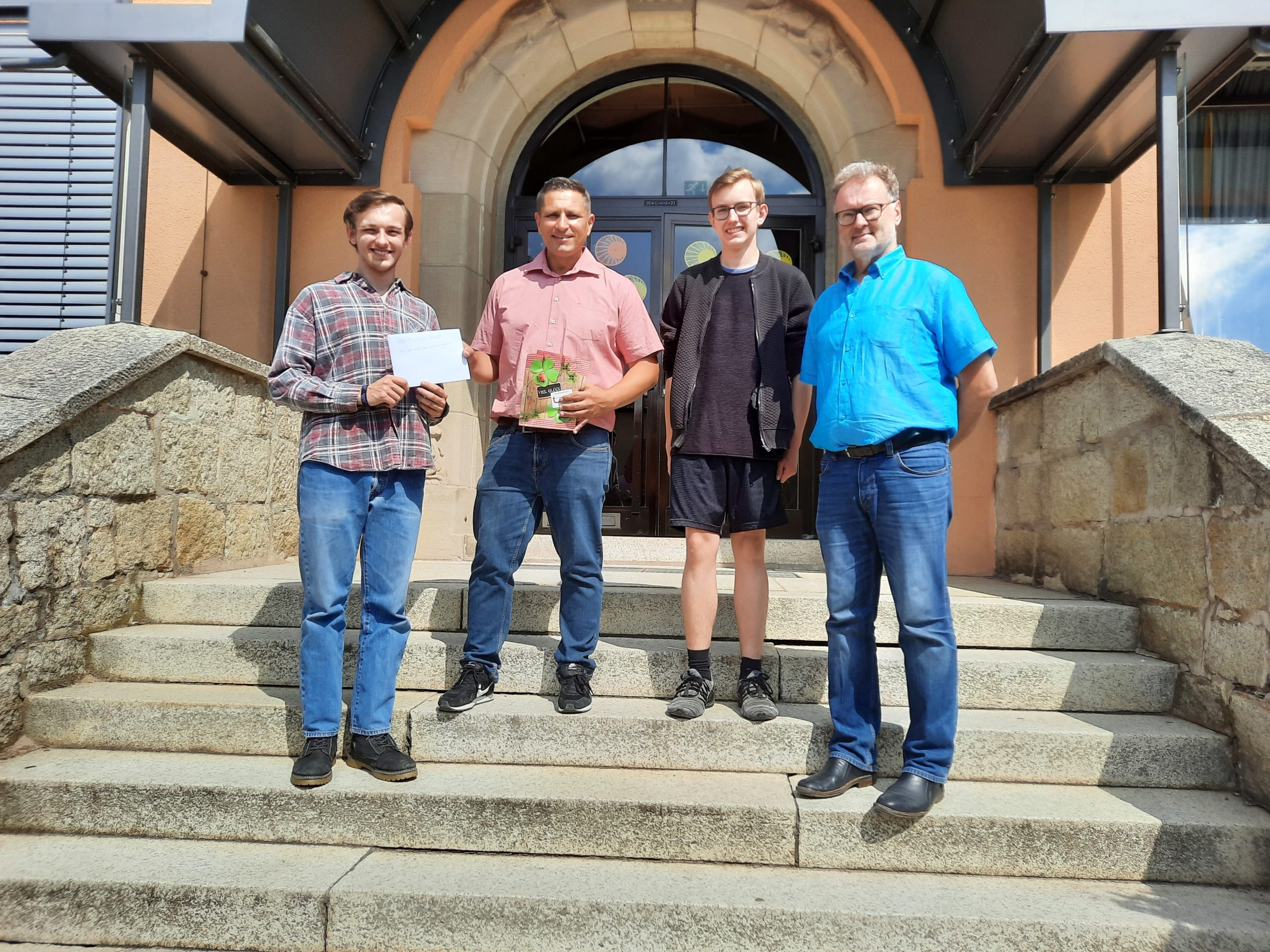 Read more about the article Schüler der M10 übergeben Einladung für Abschluss-/Entlassfeier an Bürgermeister Gradl